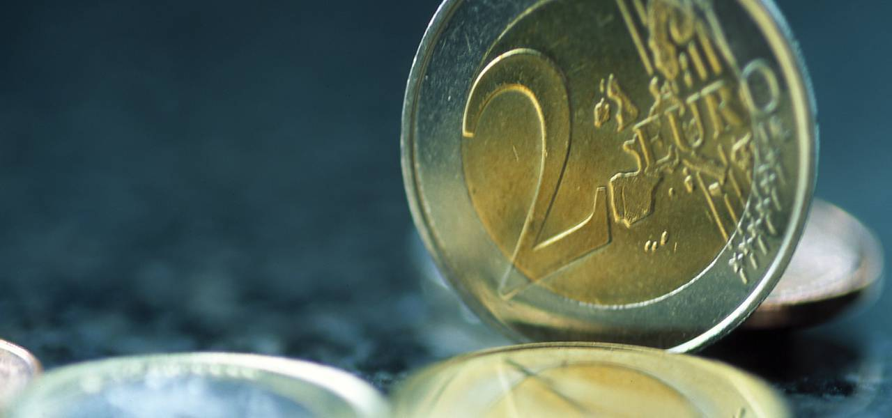 Euro tacks on as political risk is eyed