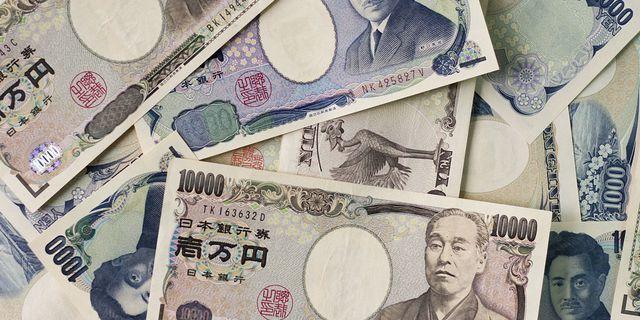 Japanese yen drifts away from two-week maximum